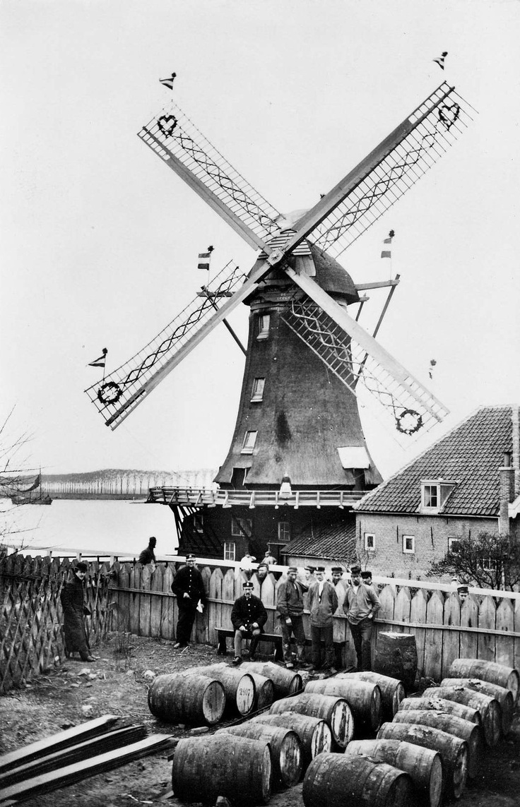 "Windmill ""De Zeelt"" on 's Gravendeelsedijk, 1895"