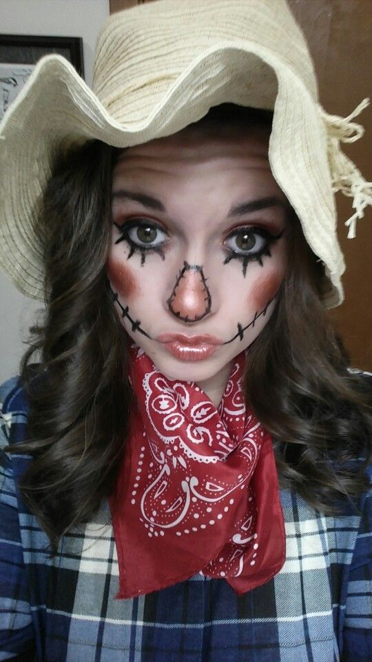 This is a cute DIY scarecrow costume for Halloween