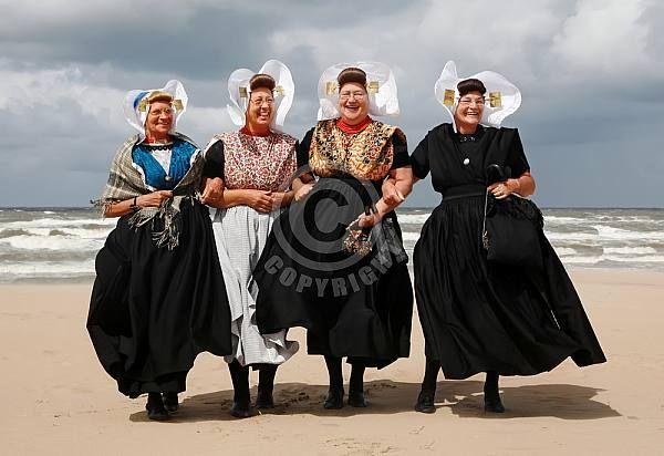 Zeeuwse vrouwen in dracht op het strand