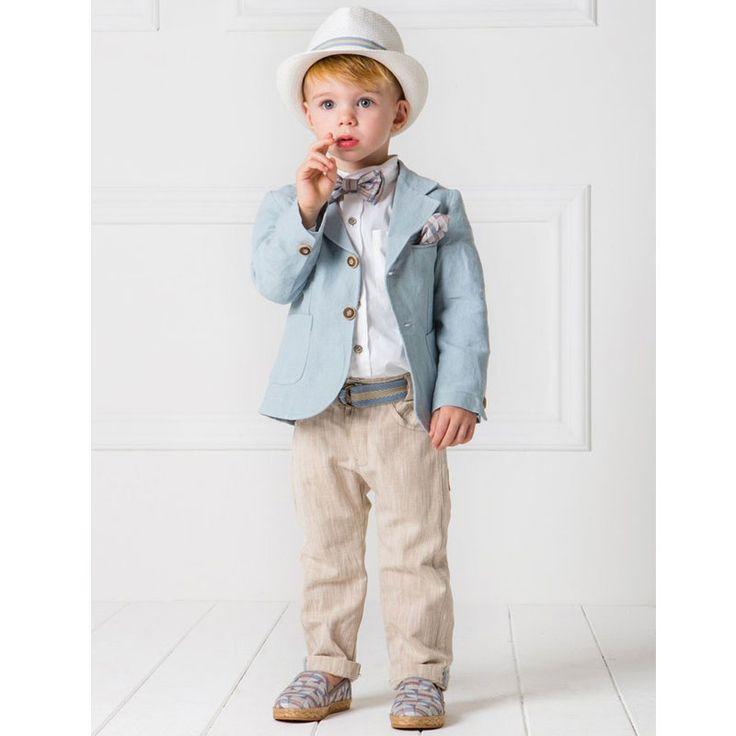 To Κουστούμι Eric της Cat in the Hat είναι ένα all time classic σύνολο σε ίσια γραμμή με μεσάτο σακάκι και μοντέρνες αποχρώσεις του light blue & sand από 100% λινό ύφασμα και όμορφες λεπτομέρειες από ζακάρ ύφασμα. Το σύνολο αποτελείται από παντελόνι, σακάκι, πουκάμισο, ζώνη, παπιγιόν, καπέλο και μαντήλι.  Μία εξαιρετική επιλογή βαπτιστικού ρούχο από την ανανεωμένη νέα συλλογή για Άνοιξη και Καλοκαίρι 2017