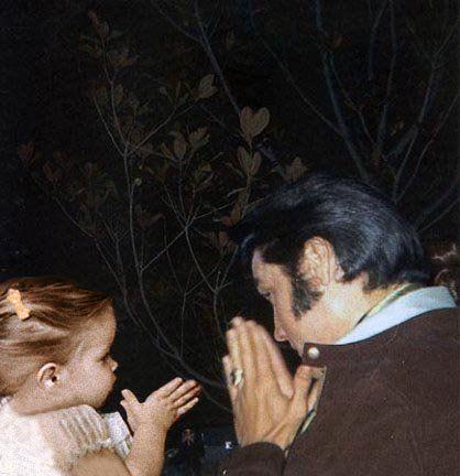 Elvis and Lisa - elvis-aaron-presley-and-lisa-marie-presley Photo