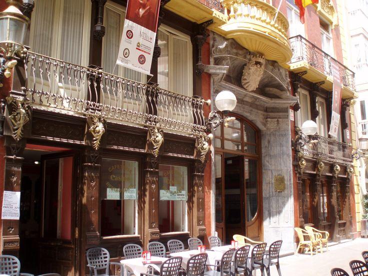 La portada dieciochesca del edificio del Casino recuerda el origen del edificio, antigua casa del marqués de Casatilly, remodelada definitivamente por Víctor Beltrí hacia 1897. En el interior destaca el patio rodeado por la galería del primer piso. La decoración y el mobiliario son modernistas.