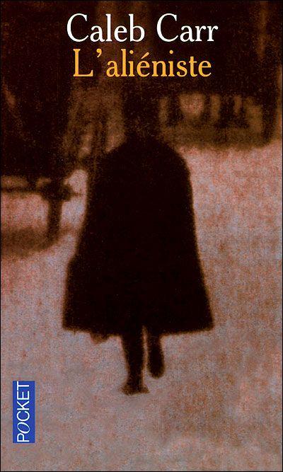 New York, 1896. De jeunes prostitués des quartiers déshérités sont découverts horriblement mutilés, sans provoquer la moindre réaction des pouvoirs publics. Jusqu'à ce que Théodore Roosevelt, nouveau préfet de police et futur président des Etats-Unis, décide de lancer sur la piste du tueur une équipe composée d'un « aliéniste », pionnier de la psychiatrie.
