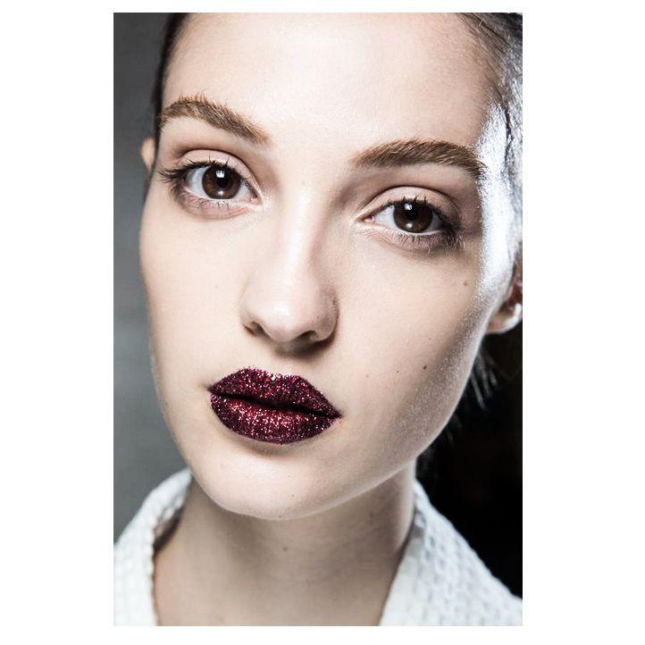 Самый горячий тренд — ослепительно блестящие губы. Легко создается, эффектно выглядит и привлекает внимание. Кстати, макияж глаз, безусловно, должен быть минимальным.