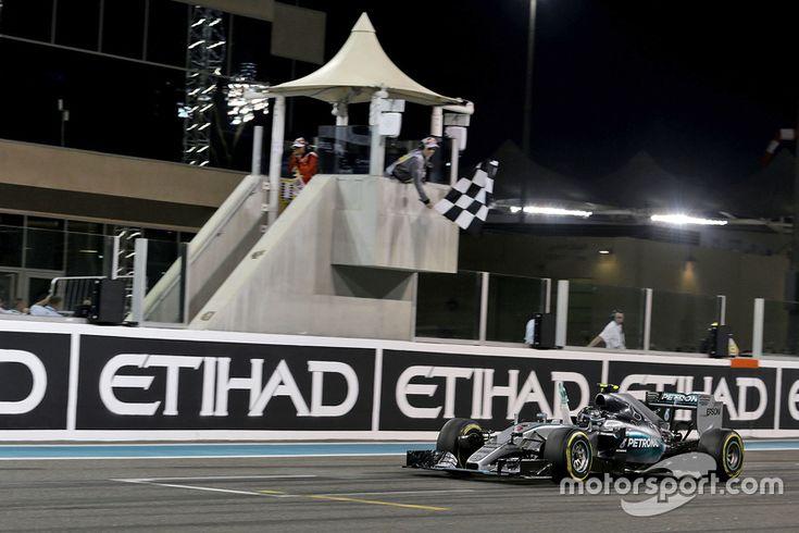 Le vainqueur Nico Rosberg, Mercedes AMG F1 W06 fête sa victoire en passant sous le drapeau à damiers à la fin de la course