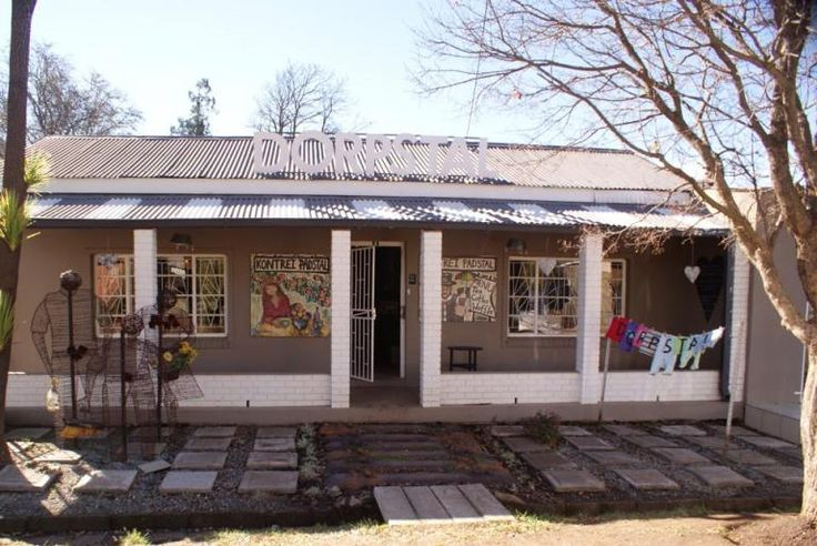 Situated in a small town in the heart of the Platteland, you will find the quaint and artistic place called Die Dorpstal in Barkly Easten, in the Eastern Cape.