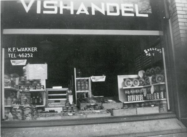 Ik werk in een viswinkel en woon natuurlijk in een vissersdorp, vandaar een foto van een vishandel van vroeger.