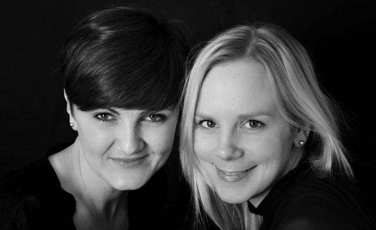 Julie Skals (f. 1982) er vokset op i Vestjylland i en familie, som gik op i at gøre tingene på den gammeldags måde. Hun har været ansat som barnepige i Kongehuset og som husholderske på Schackenborg Slot. Sidenhen har hun sammen med Ann-Alicia Ilskov startet hjemmesiden husmoderen.dk. I dag arbejder Julie på Skolen for Gastronomi, Musik og Design som gastronomilærer. Desuden er hun fast husmorekspert på TV2s Go Morgen Danmark.