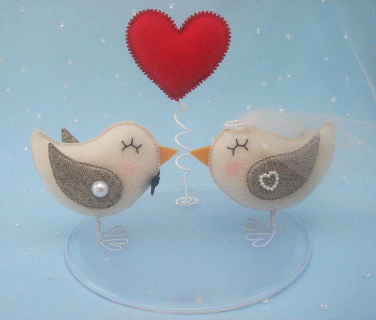 Topo de bolo em feltro com base acrílica. <br>Altura dos passarinhos com os pés: 7 cm <br>Altura do coração: 13 cm <br>Largura da base: 15 cm
