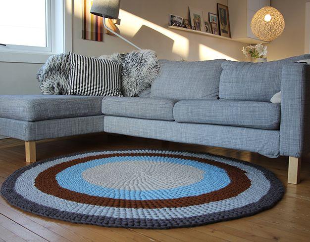 Lyst på nytt teppe til stua? Her er en hekleoppskrift som gir deg et rundt, stort teppe til gulvet. Velg farger selv!
