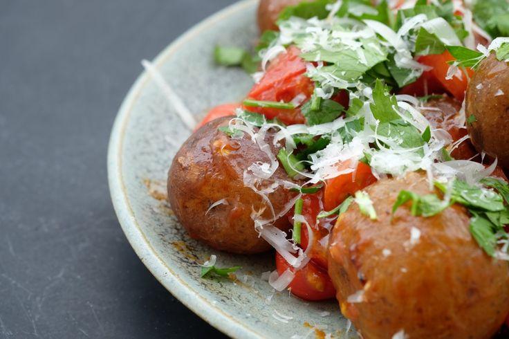 Det er lett å bli lurt. Her tror man at man skal få en tallerken deilige kjøttboller med tomatsaus og parmesan... Men nei! Det er ikke kjøttboller. Smaker det like godt? Ja, det kan du banne på! Men hva er det? Det er rett og slett langstekte nypoteter.  Jeg tenkte: Hva skjer med grønnsaker når du