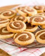 Voor deze koekjes wordt de helft van het deeg met cacao op smaak gebracht. Als beide degen op elkaar gelegd worden en daarna tot een rol worden gevormd,...