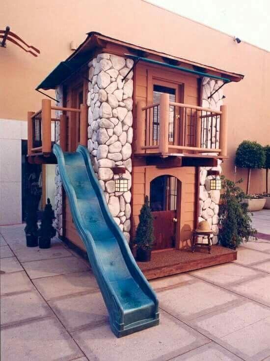 Casa de juegos con resbaladilla Casa de madera para niños. Casa de juegos para…
