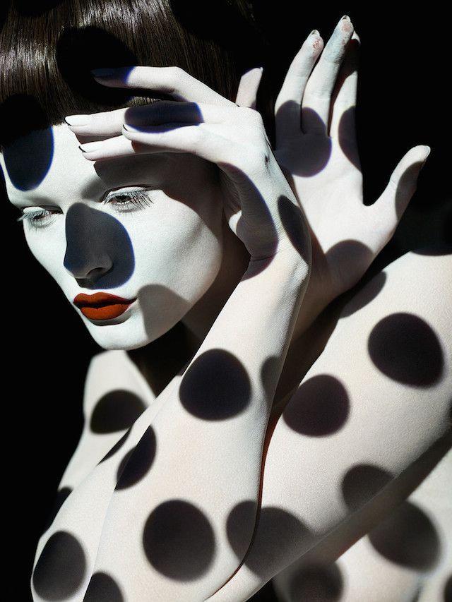 nouveau projet du photographe Sølve Sundsbø. Dans cette série nommée « Point à la ligne », des projections d'ombres et de lumières formant des rayures et des petits pois plus ou moins larges recouvrent le corps ou le visage du modèle
