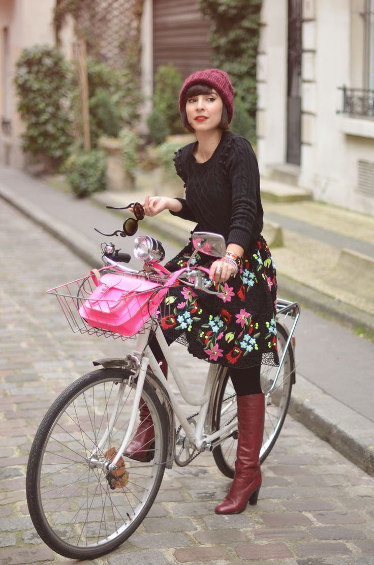 Helloitsvalentine streetstyle bicycle vintage bike city Paris fashion blogger french couple boyfriend ride stroll