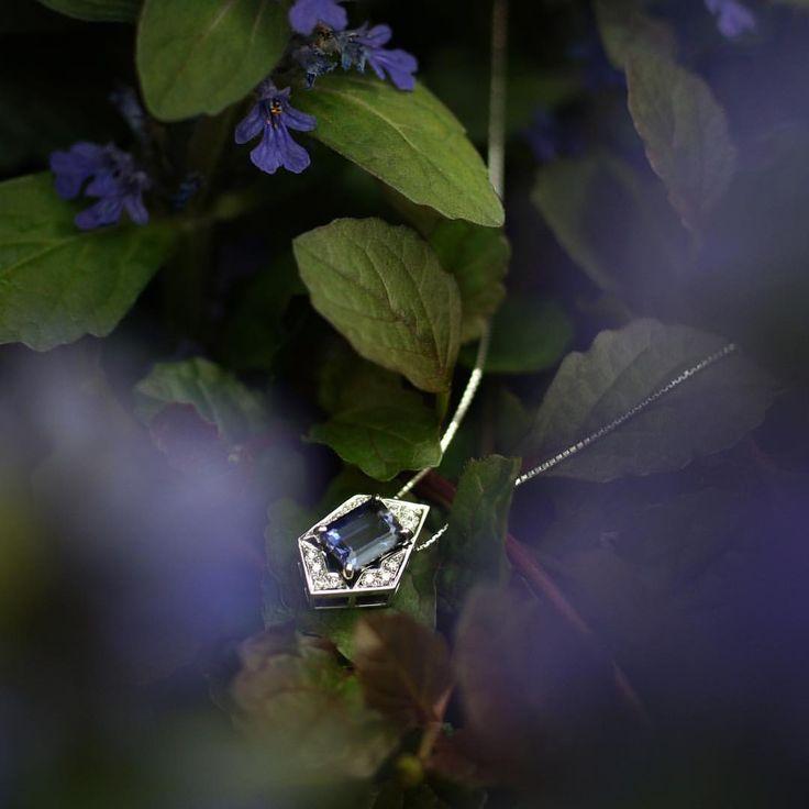 いいね!12件、コメント1件 ― VanMoreさん(@vanmore_jewelry)のInstagramアカウント: 「April showers bring May flowers.  5月ですね。4月に降った雨が、5月に花を咲かせます。  5月に咲く花から絞ったような青紫の宝石「アイオライト」。…」