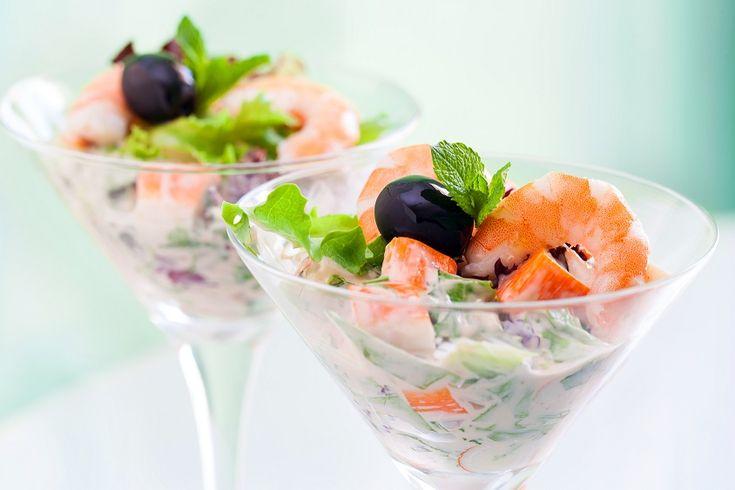 Il cocktail di gamberi è uno tra i piatti più famosi e ricercati del pianeta. Nonostante sia tra i piatti pià pregiati è di facile realizzazione e decisamente alla portata di chiunque, anche per chi si è avvicinato da poco al mondo della cucina.  Oggi è considerato un piatto un po' sorpassat