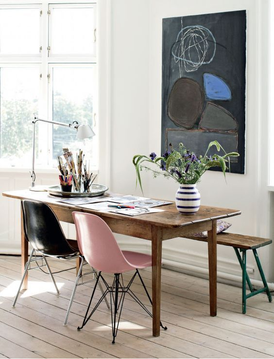 Trends Diy Decor Ideas : Chaises Eames dépareillées avec un banc en bois look rétro  www.homelisty.com
