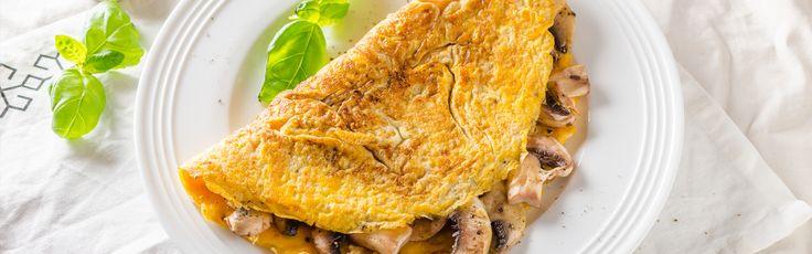3 vajcia  100 g šampiňónov  1 menšia cibuľa  maslo  soľ  čierne korenie   V miske si metličkou vyšľaháme vajíčka ochutené soľou a čiernym korením. Na dvoch rozpálenýchpanviciach necháme rozpustiť trochu masla. Na jednu pridáme rozšľahané vajíčka, na druhú na drobno nakrájanú cibuľku. Kontrolujeme spodnú stranu omelety, keď je hotová, omeletu prehodíme...