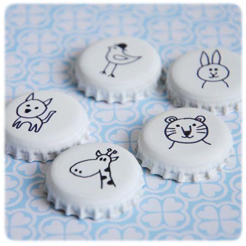 DIY Magnet Peignez vos capsules et dessinez dessus au marqueur. Sans oublier de coller un petit aimant au dos ;)