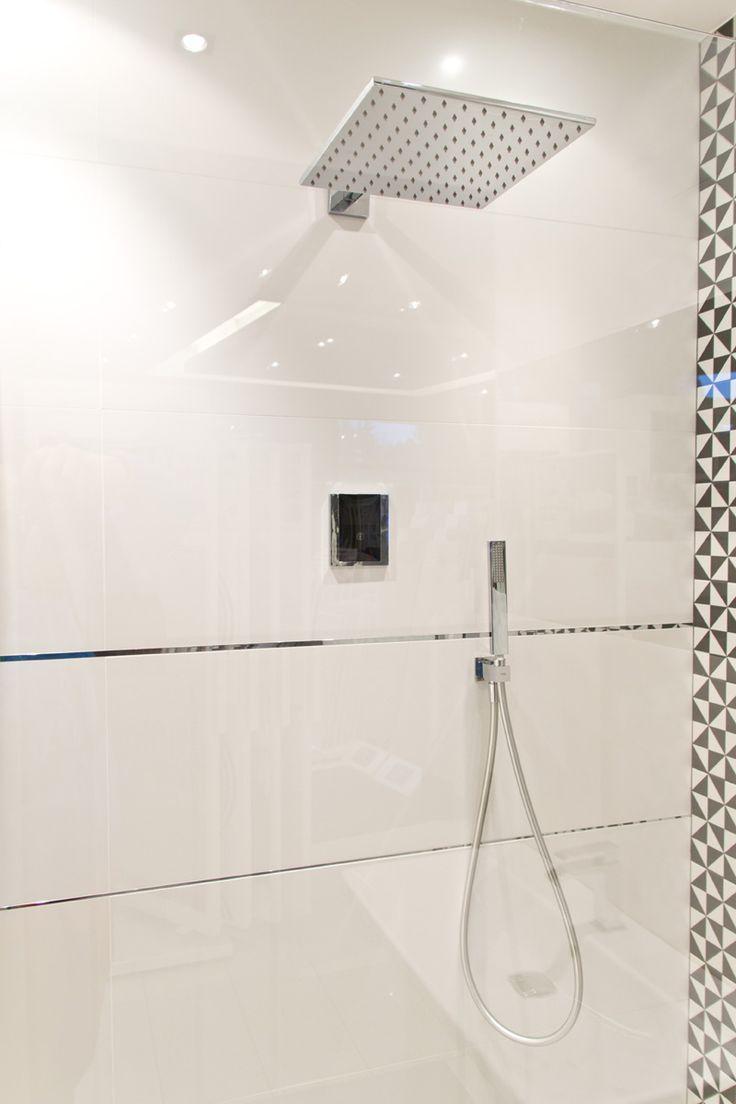 #viverto #InspiracjeViverto #łazienka #bathroom #beautiful #perfect #pomysł #design #idea #nice #cool #inspiration #biel #white #prysznic #deszczownica #kabinaprysznicowa #shower #płytki #tiles #mozaika #mosaic #wzór