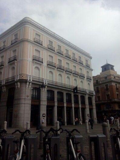 Puerta del Sol. Sin el cartel de #TioPepe en la azotea, el edificio apple queda soso