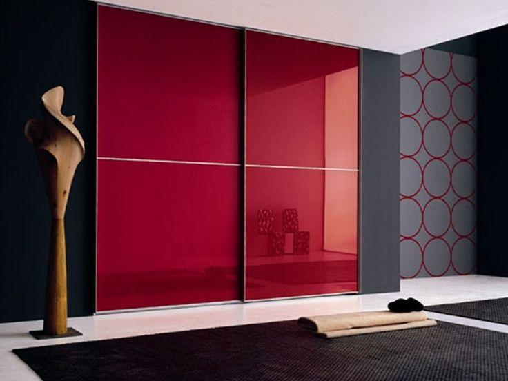 Closet de puertas corredizas en vidrio de color rojo con for Closet con puertas corredizas