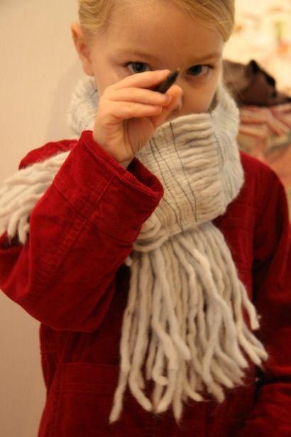 Вариант для тех, кто не любит вязать, но любит мягкие шарфы ( Она просто нарезала толстую пряжу на отрезки, равные длине шарфа и прострочила  получившийся пучок на машинке)