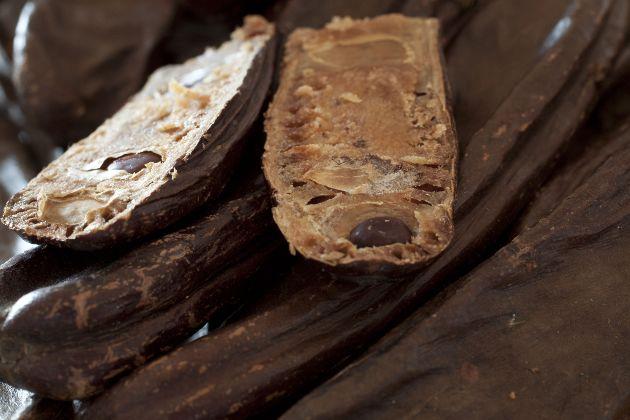 Alfarroba é uma vagem, nativa do Mediterrâneo, de onde se extrai a polpa, que será torrada e posteriormente moída, utilizada em substituição ao cacau.