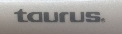 Logo de una empresa de electrodomésticos en una secadora.  Logo of a home appliances company on a hair dryer.