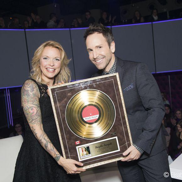 Brigitte Boisjoli reçoit son tout premier disque d'or à En mode Salvail   HollywoodPQ.com
