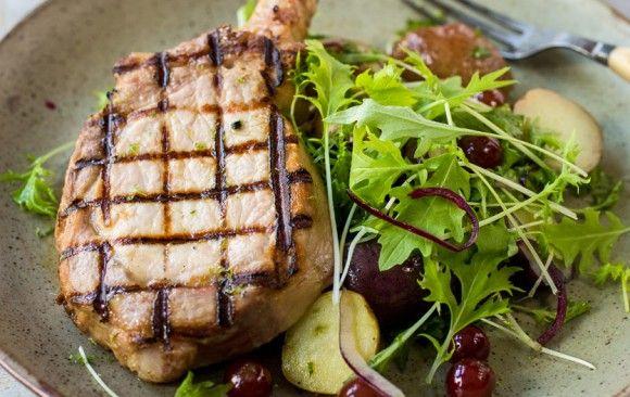 Côtes de porc à la menthe et au yogourt grec, salade de raisins, pommes de terre et citron vert