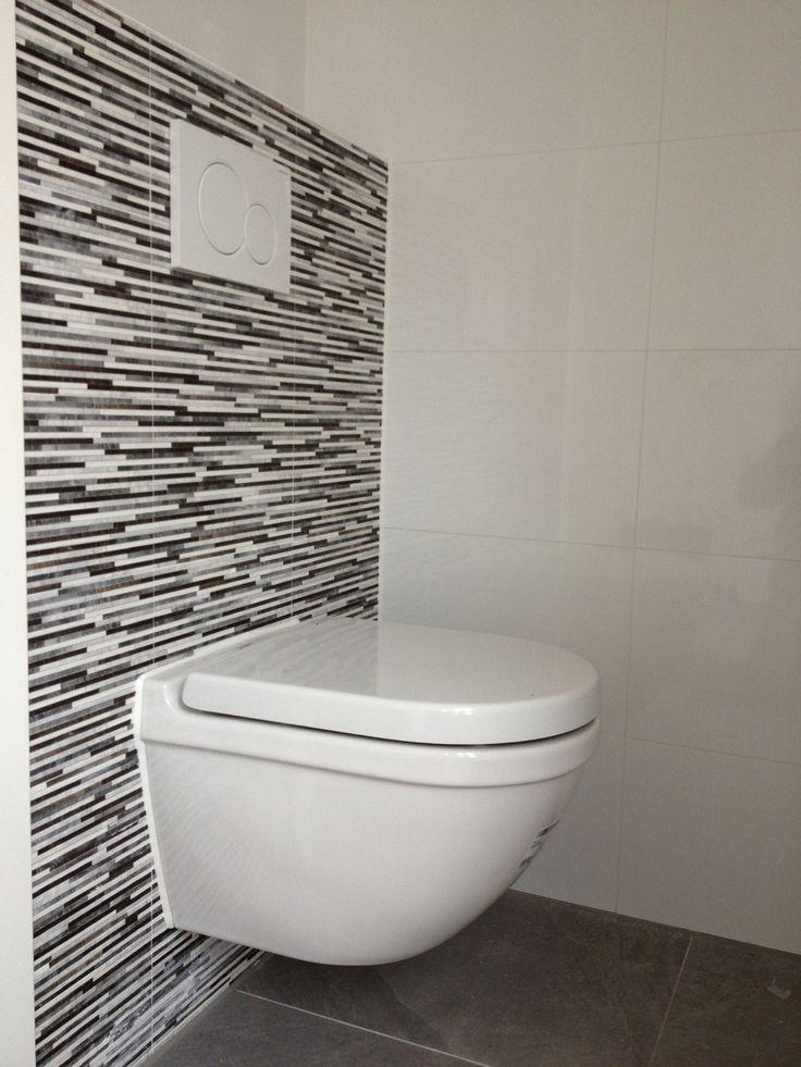 Toilet betegeld met 20 x 40 met strookjes look en wit 30 x for Tegels wc voorbeelden