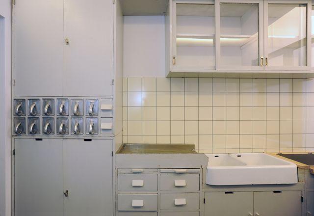 """""""Frankfurt Kitchen"""" in the display collection of the Werkbundarchiv – Museum der Dinge, taken from the Römerstadt estate, Frankfurt, 1927/28"""