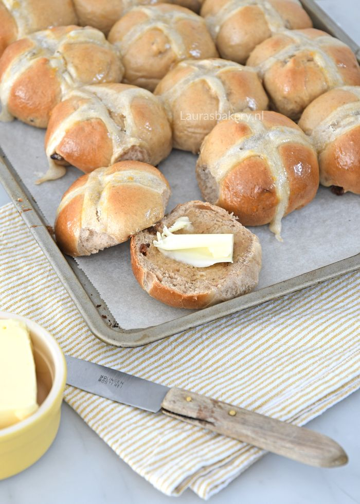 Hot cross buns zijn typische broodjes voor Pasen, ze zijn herkenbaar door het kruis bovenop. Met dit recept zet je zelf heerlijke paasbroodjes op tafel.