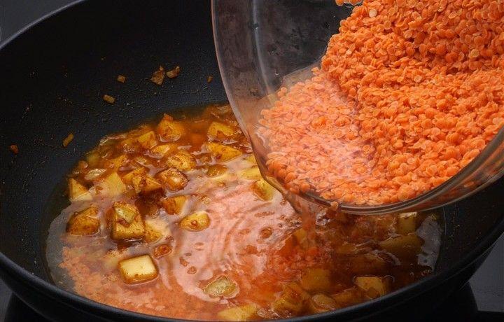 Rode linzen zijn lekker en vezelrijk. Dit recept heb ik gemaakt na een reis in Nepal, waar rode linzen (dahl) gegeten wordt met gestoomd witte rijst.