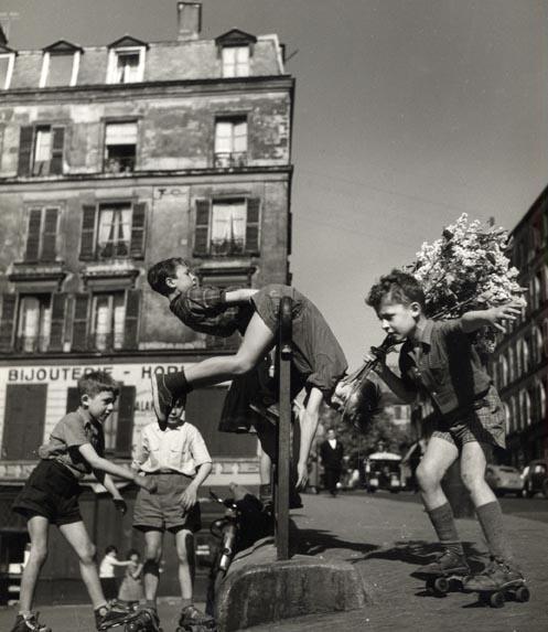 Doisneau. Enfants aux patins à roulettes rue de Ménilmontant