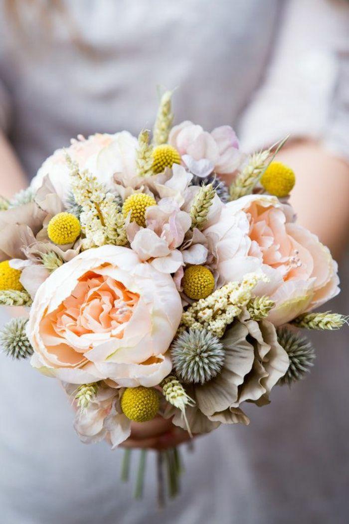 joli bouquet de fleurs avec pivoines blancs, comment decorer le bouquet