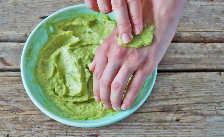 Trockene und rissige Haut an den Händen kennt sicher jeder Hobby-Gärtner. Um dem entgegenzuwirken, heißt es etwas Wellness für die Hände zu betreiben. Wir zeigen Ihnen, wie Sie mit nur wenigen Handgriffen eine wohltuende Avocado-Handmaske herstellen.