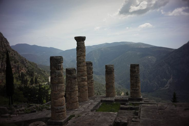 Delfi, main temple and view