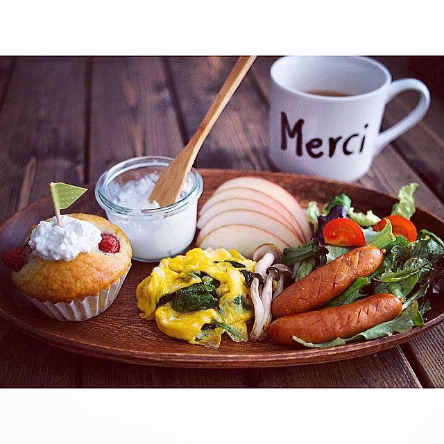 * いちごマフィンで おはようございます◡̈⃝ * 楽しかった連休も終わり また新しい一週間のはじまり! さぁ 頑張っていきましょう🚩 + + #マフィン#朝ごはん#朝食#muffin #おうちカフェ#おうちごはん #olympuspen#instafood#foodpics #foodphoto#cooking#coffee#foodvsco