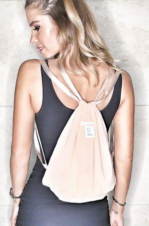 Látkový batoh z kolekcie Soft and Shape. Táto taška v jemnom odtieni príjemne…