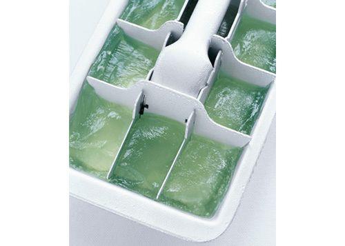 Congele el jugo de sábila (Aloe Vera) en bandejas de hielo para el alivio de las quemaduras de sol.