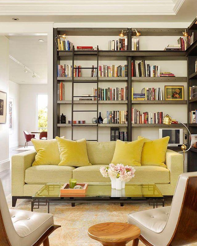 Sakin ve huzurlu bir oturma odası. Oturma grubunun renkleri ortamın çok soğuk olmasını engelleyip sıcaklık katmış. Kitaplık, her bulunduğu ortama kattığı elit duruşu bu odaya da katmış