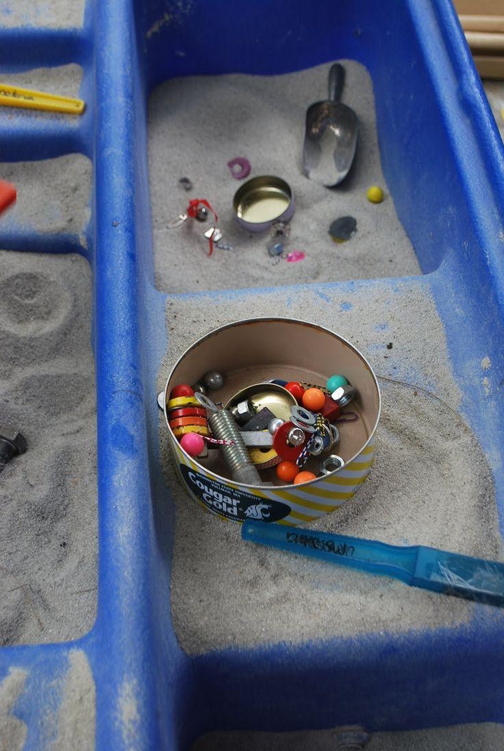 Neem de avonturenrugzak vol magneten en  materialen mee naar zandtafel of buiten in de zandbak en start samen met de kinderen een onderzoek ! Goed voor urenlang speel en ontdekplezier.