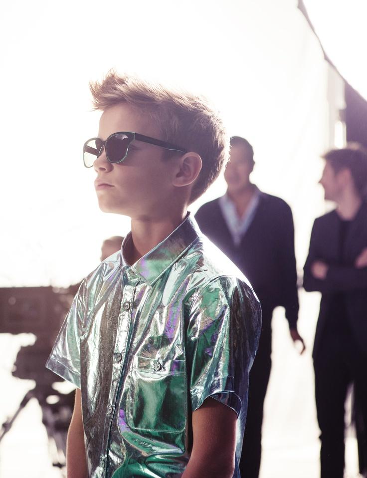 Uno de los niños con mas actitud es el pequeño de 10 años de edad, que debutó en el mundo del modelaje el pasado mes de diciembre    El hijo de David y Victoria Beckhan: Romeo Beckham (imagen de la linea de lentes Splash by Burberry Spring/Summer 2013).