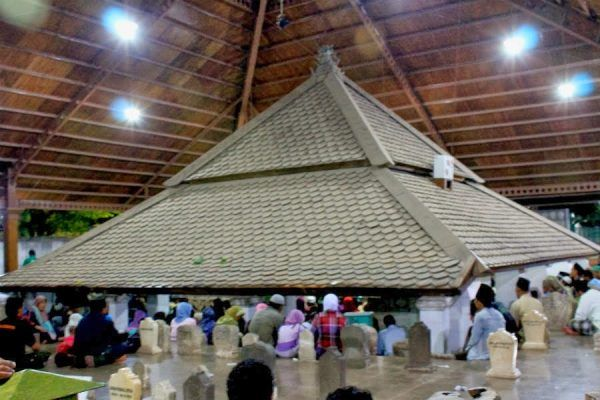 Makam Sunan Bonang dipadati peziarah