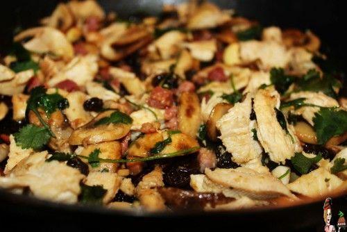 pica-pau de frango Ingredientes para 2 pessoas:1 bife de frango grelhado, desfiado. (esta receita é boa, para aproveitar restos de frango ou carne assada) Cogumelos frescos, laminados. 1 colher de chá de massa de alho. (ou 4 dentes de alho picadinhos) Azeite q.b 70g de cu...