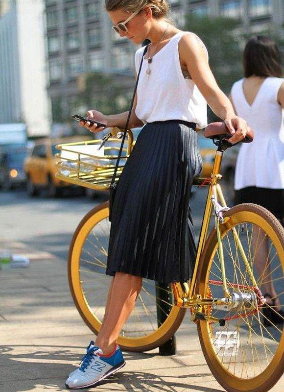 Jupe mi-longue plissée + New Balance. Le look à shopper : http://www.taaora.fr/blog/post/avec-quoi-mettre-baskets-new-balance-en-ete-jupe-plissee-noire-midi-genou-top-blanc #streetstyle