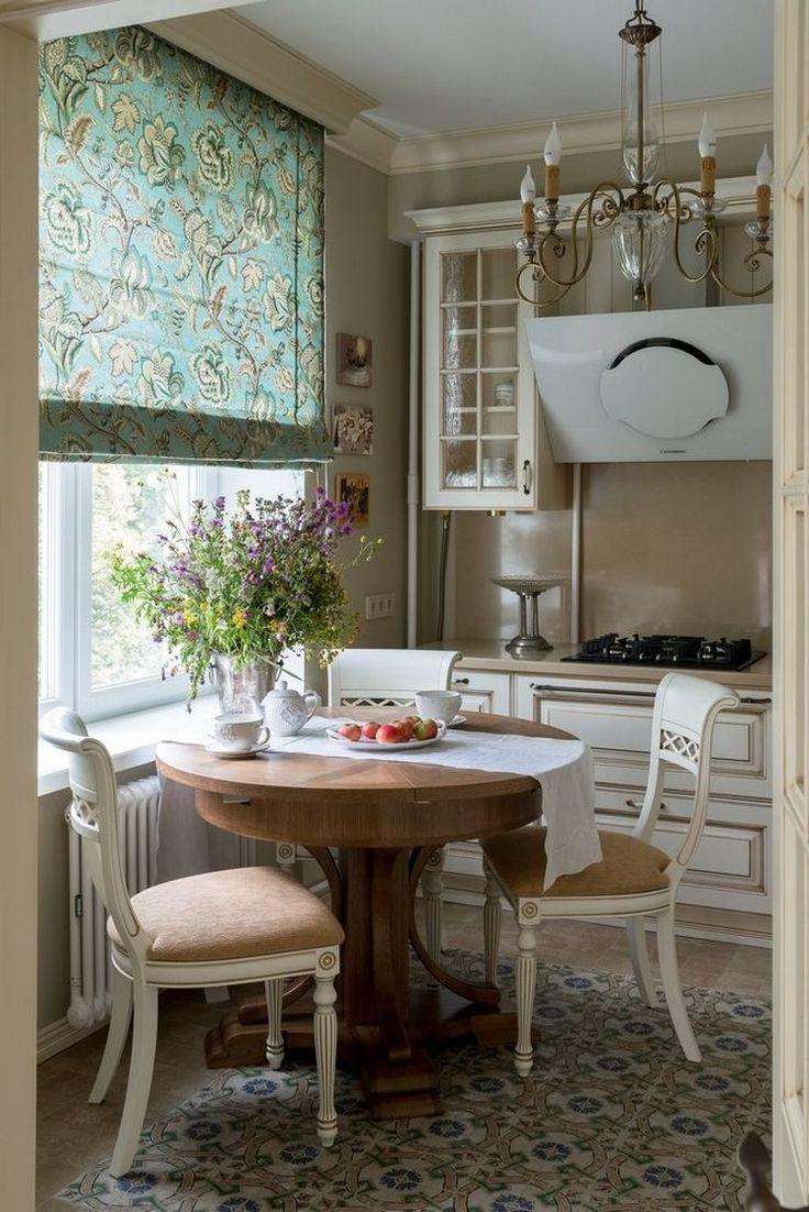 Klasszikus stílusban berendezett konyha kerek étkezőasztallal